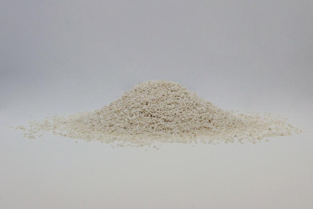 CARBONATO DI CALCIO: Carbonato di calcio ottenuto dalla frantumazione di roccia calcarea prevalentemente microcristallina.Il suo elevato grado di purezza ne consente l'utilizzo nel settore chimico e zootecnico.