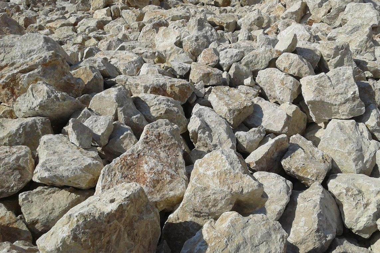 MATERIALE PER AGGLOMERATO: Materiale calcareo ottenuto dalla frantumazione dei blocchi attraverso l'utilizzo di escavatore con martellone.